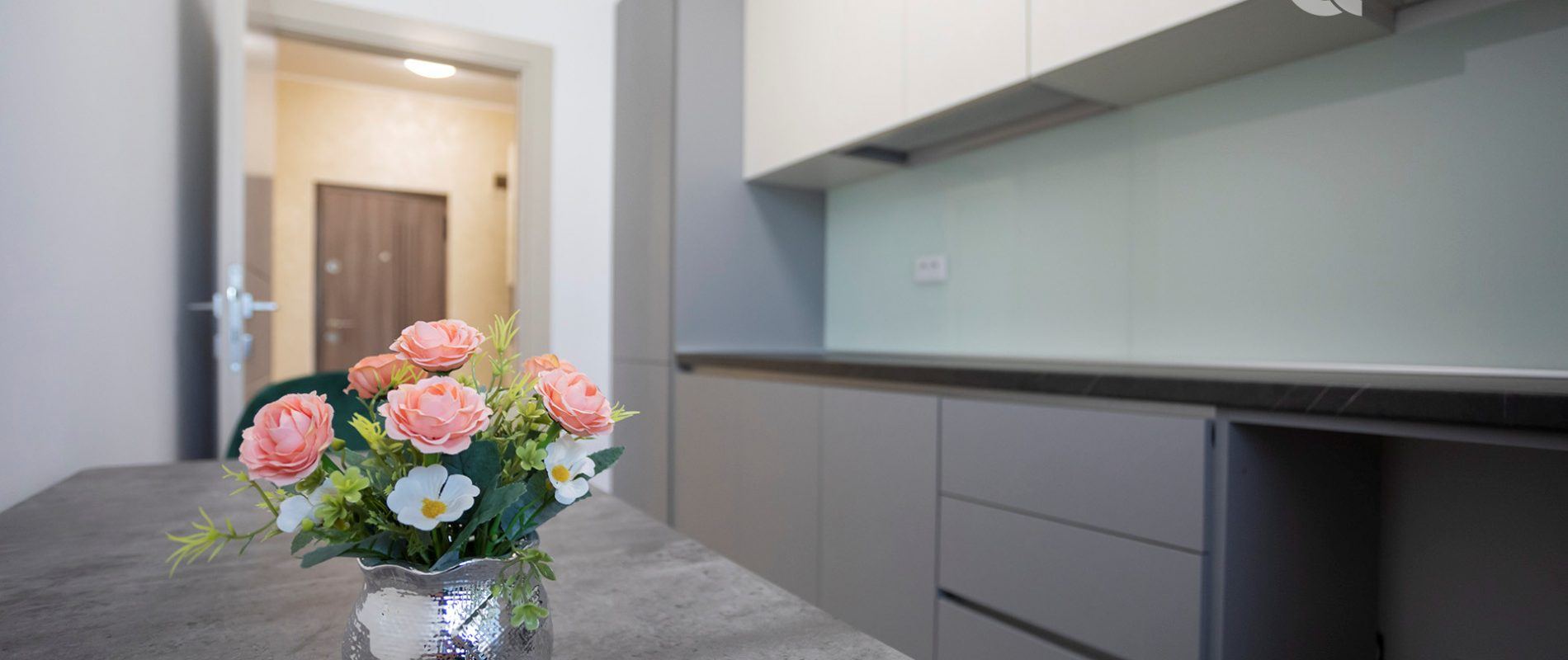 q-residence-apartament-cu-o-camera-mobilier-modern-bucatarie-01