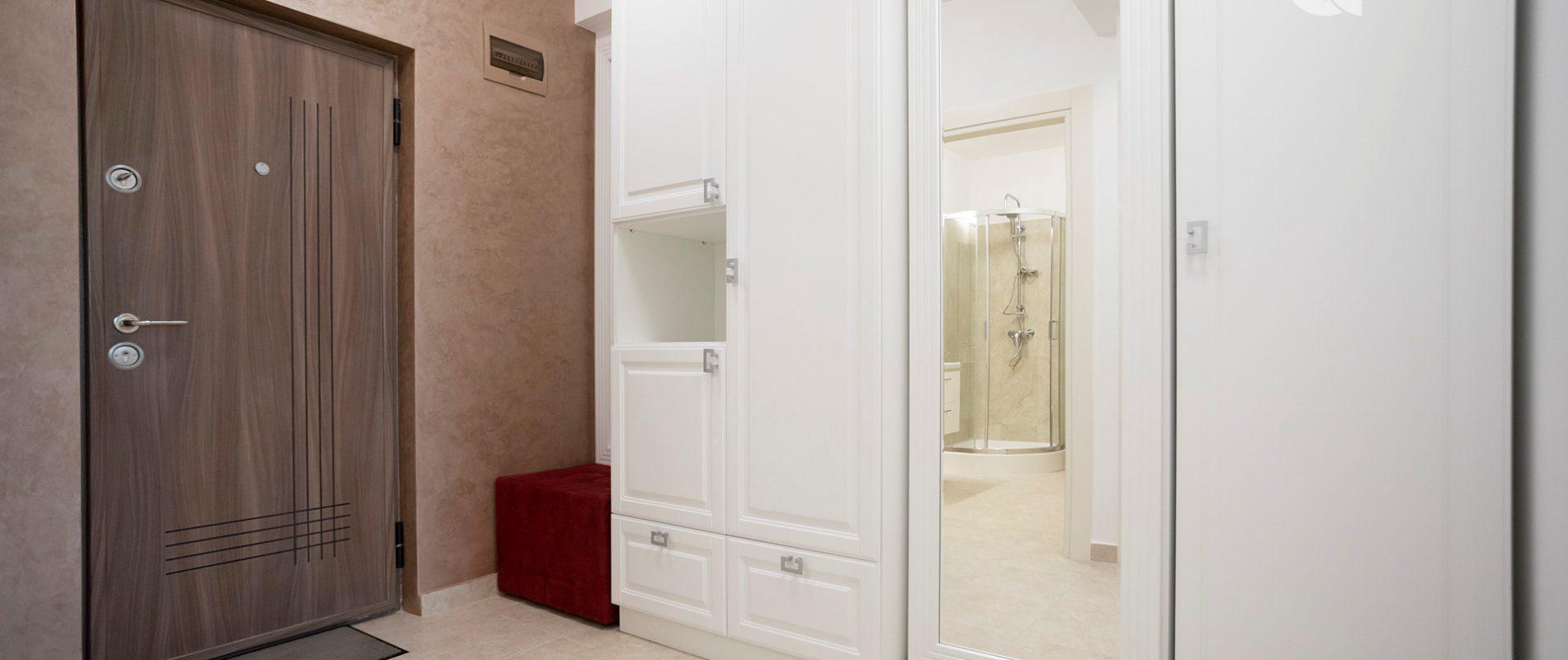 q-residence.ro-apartament-cu-o-camera-mobilier-clasic-hol-09